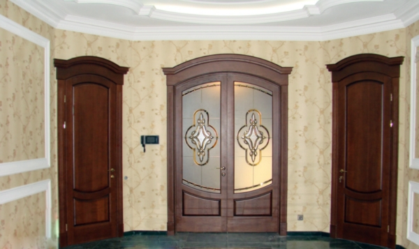 classic-arched-doors-with-stained-glass-windows-in-the-interior-of-the-hall-for-www.vipdoors.by.jpg