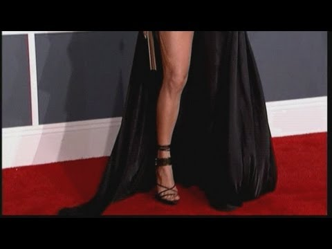 Grammys 2013: Jennifer Lopez reveals her leg on the Grammy Awards red carpet