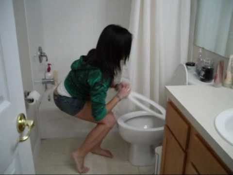Мини видеоролик долго терпела в туалет и описалась